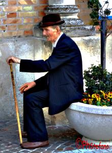 vecchio davanti la chiesa